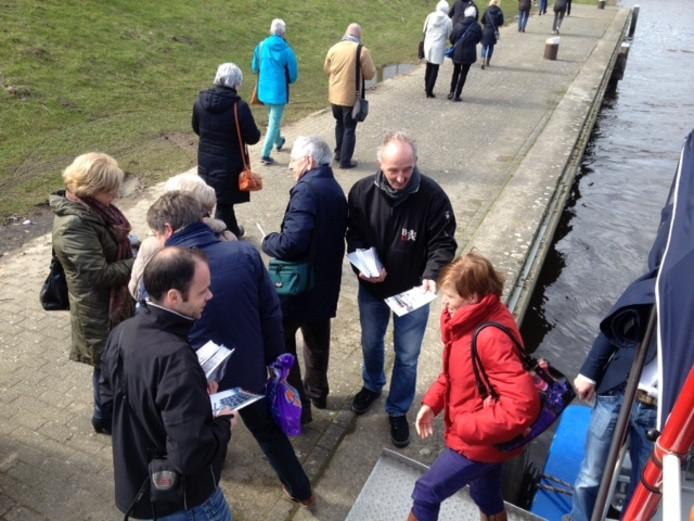 Deelnemers aan de rondvaart van het BD kregen bij aankomst een boekje over het Máximakanaal