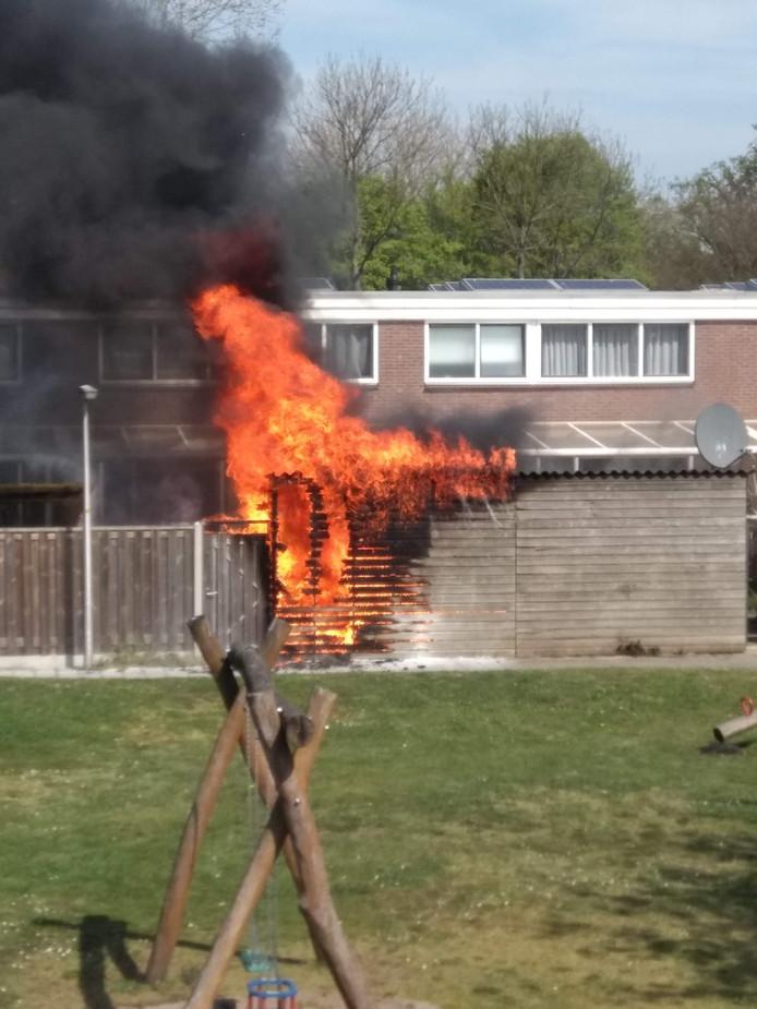 Buurtbewoner Ewoud Meijer legde de schuurtjesbrand vast.