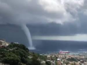 Les images stupéfiantes d'une trombe marine au large de Bastia