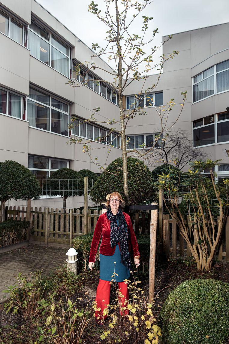 Ansje Visser bij de sierappel in de tuin van verpleeghuis Amsta. 'We wilden de bewoners verrassen.' Beeld Jakob Van Vliet