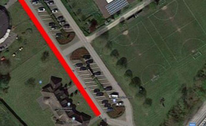 De rode streep is waar het nieuw voetpad komt aan de voorzijde van de school, op Het Nieuw Centrum.