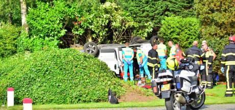 Dode na ongeluk in Oud Gastel waarbij busje over de kop vloog