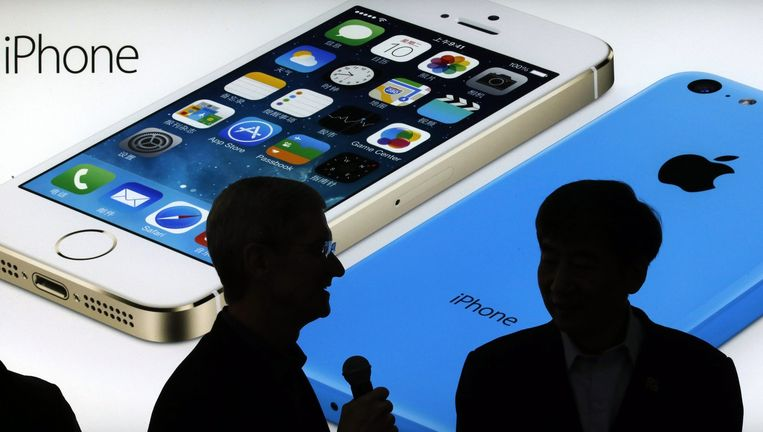 Apple CEO Tim Cook en Xi Guohua van China Mobile voor een afbeelding van de iPhone 5S en iPhone5C