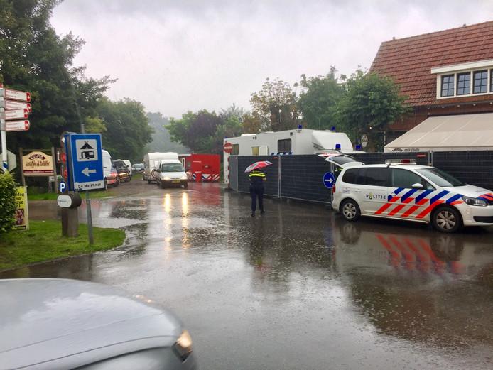 De politie is bezig met  sporenonderzoek na de moord in café Antje & Billie in Reutum in augustus 2017.