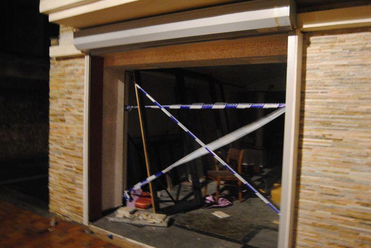 Stormschade aan een garagepoort in de Albert 1-laan in Nieuwpoort.
