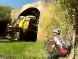 Fietser ontsnapt ternauwernood aan trein in tunnel