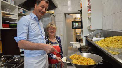'Doener' De Croo helpt frietjes bakken