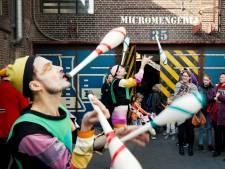 Publiek geniet van straatartiesten in DeFabrique
