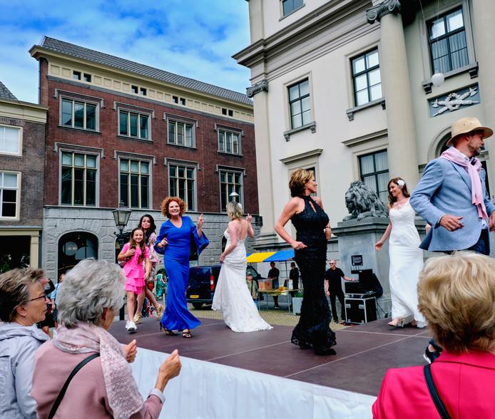 Het was een fleurige boel op het Stadhuisplein in Dordrecht gistermiddag. Na een paar jaar van afwezigheid was er weer een modeshow in de stad.