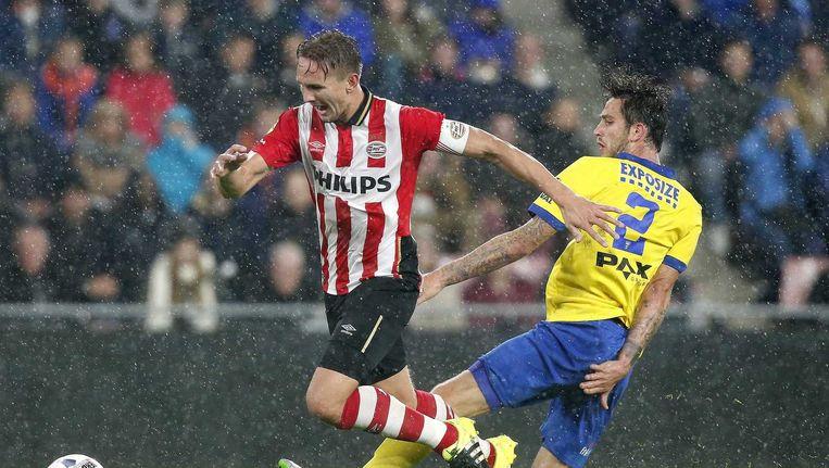 PSV-speler Luuk de Jong (L) in actie tegen SC Cambuur-speler Kai Heerings tijdens de KNVB bekerwedstrijd. Beeld null