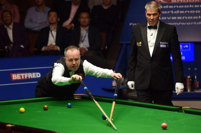 Jan Verhaas (rechts) let goed op hoe de Schot John Higgins tijdens de WK-finale van 2017 Mark Selby probeert te verslaan.