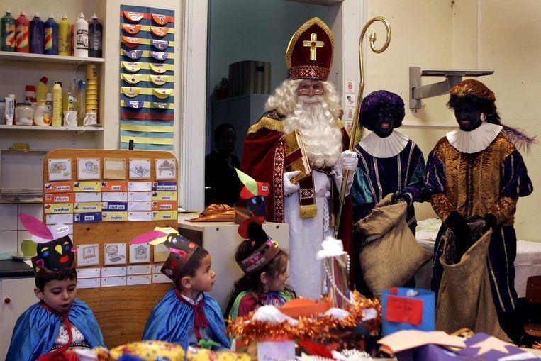 Sinterklaas en Zwarte Piet in 2006 op een school in Den Haag. Beeld Archief ANP