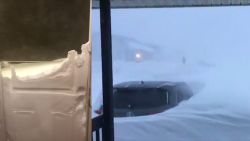 Straffe beelden tonen hoe zeldzame sneeuwstorm Canada lam legt