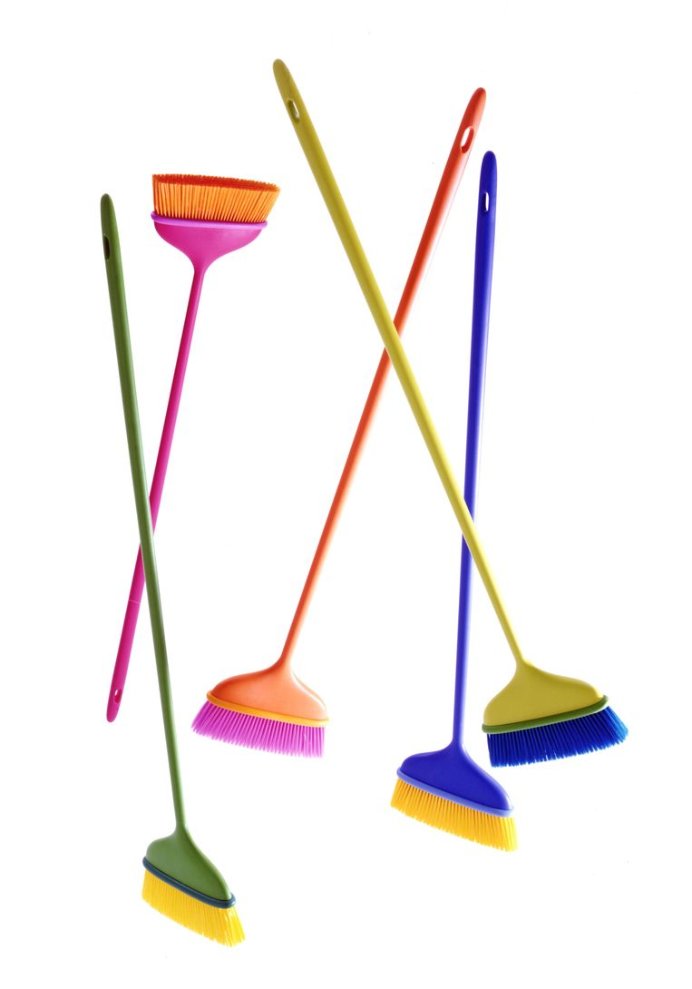 Met de vrolijk gekleurde 'Mago'-bezems van Italiaans designmerk Magis wordt schoonmaken bijna écht leuk, € 44. flinders.nl Beeld .
