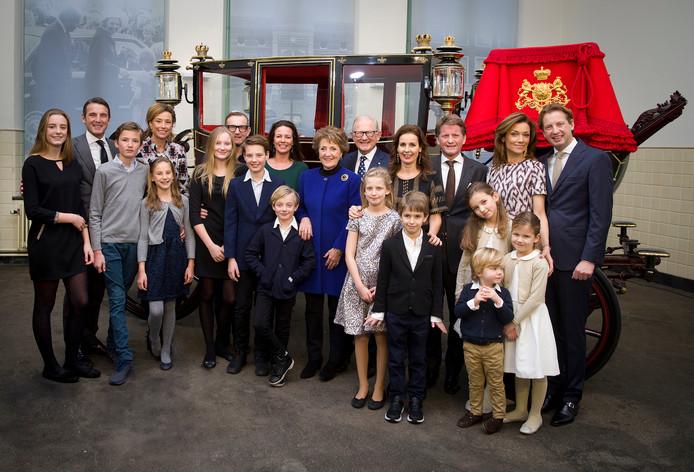 Een familiefoto van Prinses Margriet en prof. mr. Pieter van Vollenhoven ter gelegenheid van hun 50-jarig huwelijksjubileum op 10 januari 2017. Maurits en zijn gezin staan helemaal links op de foto, van links naar rechts: Anna, Prins Maurits, Lucas, Prinses Marilène en Felicia.