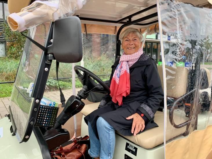 Maja (78) wil straks weer gezellig rond de polikliniek crossen in haar shuttle