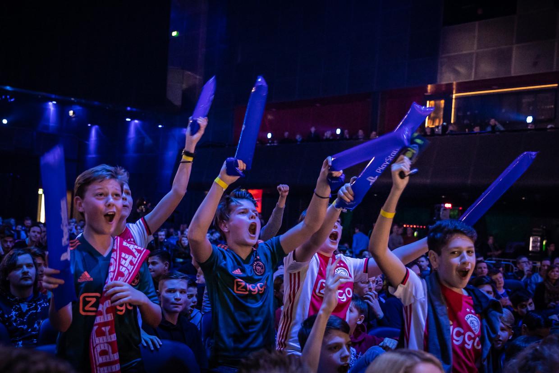 Juichende jongens in de Afas Live tijdens het grootste kampioenschap voor Fifa in Nederland.