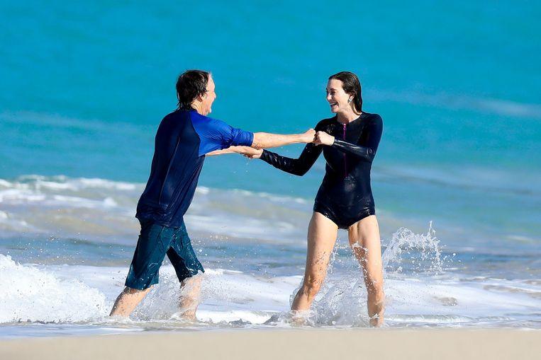 Paul McCartney en Nancy Shevell duiken in de zee.