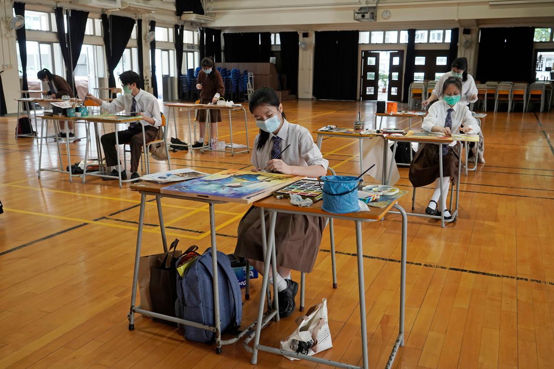 In maart deden scholieren mee aan coronavrij proef-examen. De Hongkongse scholen blijven vooralsnog echter online, met censuur als nieuw ingrediënt.  Beeld AP