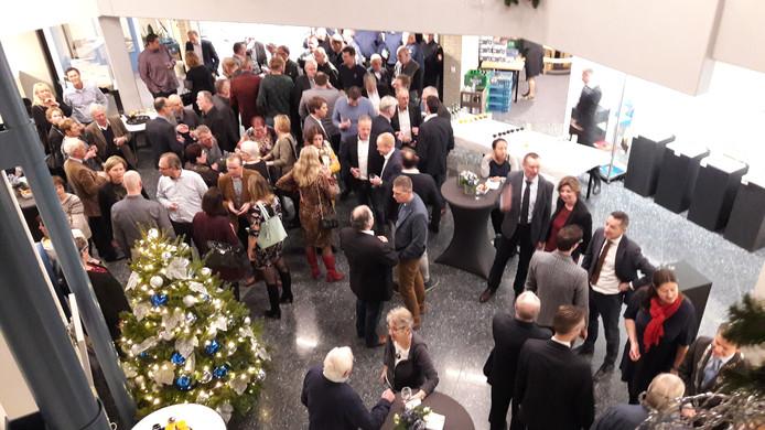 De hal van het gemeentehuis in Kapelle loopt aardig vol tijdens de nieuwjaarsreceptie.