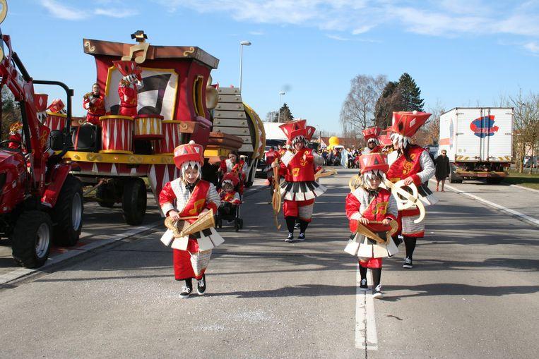 De carnavalisten trokken onder een pril lentezonnetje door de straten van Moerbeke.