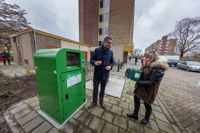 Vorig jaar gooide wethouder Jan Peter van der Sluis als eerste gft-afval van Ine Kuijers in de container, bij de start van de proef bij de flats in de Jacob Catsstraat.