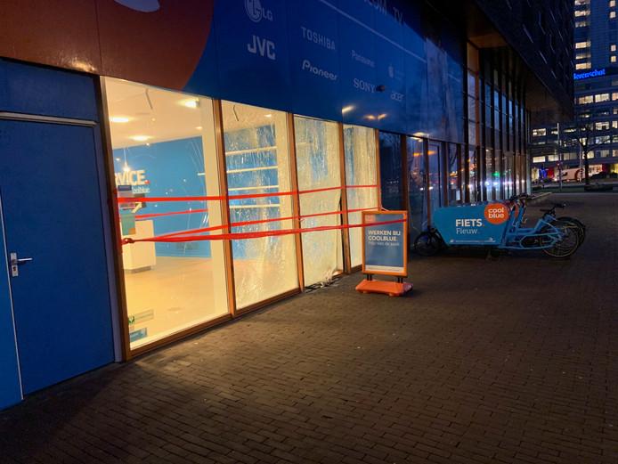De beschadigde pui van de winkel van Coolblue aan het Europaplein in Utrecht.