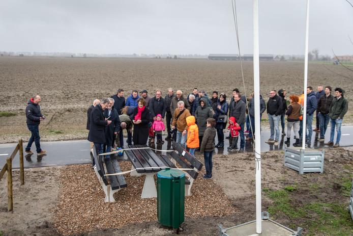 De opening van het nieuwe fietspad tussen Colijnsplaat en Kortgene vond plaats door de ingebruikname van een bankje. Het was een snelle opening; door de hevige regen snelden de genodigden na het knippen van het lintje terug richting bus.