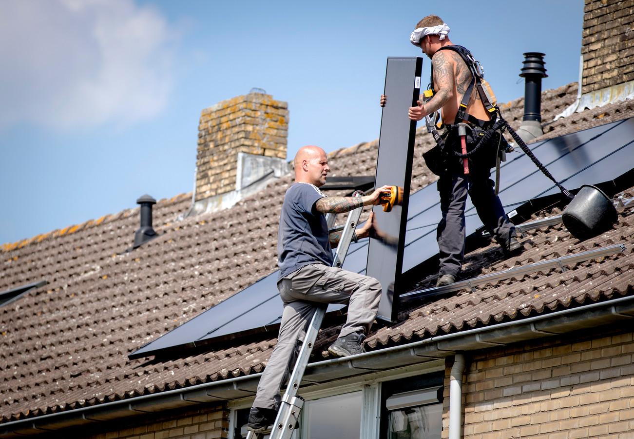 Steeds meer huizen hebben zonnepanelen op het dak.
