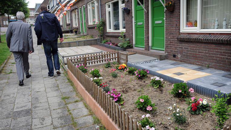 In de wijk Geitenkamp in Arnhem onderhouden buurtbewoners samen de groenstroken. Beeld Marcel van den Bergh / De Volkskrant