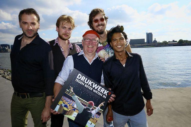 Harry Slinger met zijn band tijdens de presentatie van het nieuwe album van Drukwerk Tegen Beter Weten In Beeld ANP