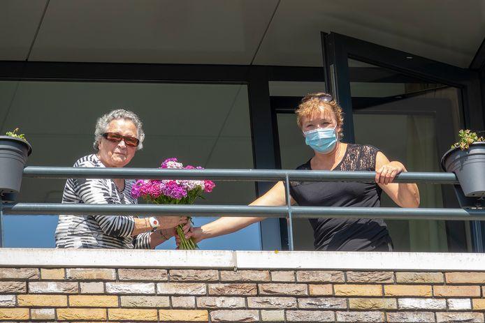 Jacqueline Versteegen, voor de foto, even met haar moeder Corrie Jacobs op het balkon van haar appartement in Boxmeer.