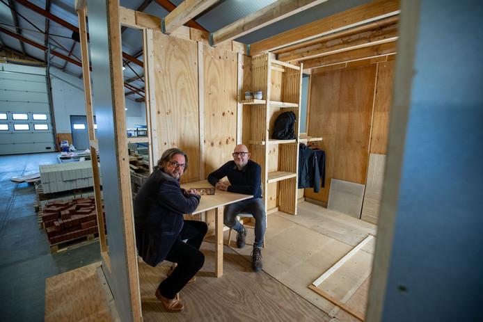 Peter Spijkerman van de Circulaire Hotspot en Henri Bouwmeester van de Kringloopwinkel in de 'Eco Stay Cabine'.