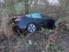 Peperdure Tesla vliegt van talud; bestuurder spoorloos