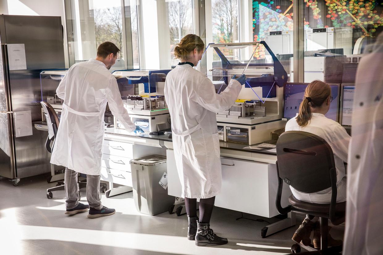 Coronatesten in het lab van Microvida in Roosendaal. Beeld Arie Kievit