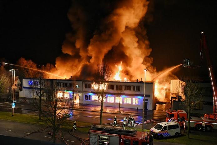 De vlammen sloegen metershoog uit het dak van het pand in Tilburg.