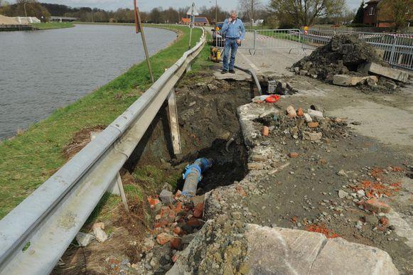 De waterleidingbreuk liet een hoop modderachtige smurrie achter in de Hertog Janstraat.