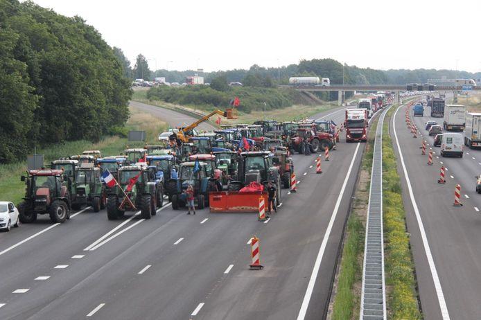 De boeren blokkeren de snelweg A1 bij Holten en houden twee rijstroken en afritten dicht.