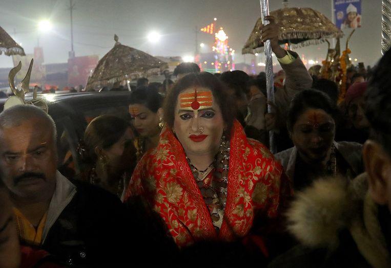Laxmi Narayan Tripathi vorige maand tijdens het Kumbh Mela-festival in India, op weg naar de Ganges om een heilig bad te nemen. Beeld EPA