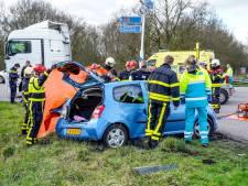 Vrachtwagen ramt personenauto in Made: oprit naar A59 afgesloten