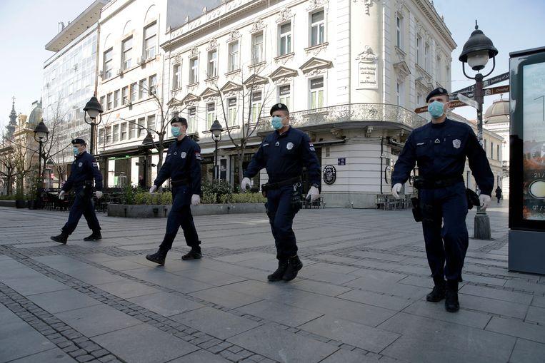 Militairen op patrouille in Belgrado. Beeld EPA