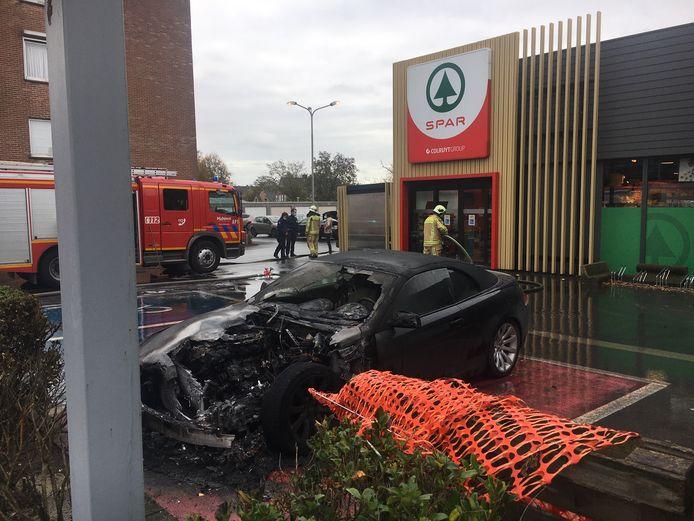 De brandweer snelde ter plaatse om de brandende BMW 630 cabrio te blussen in Lichtervelde.