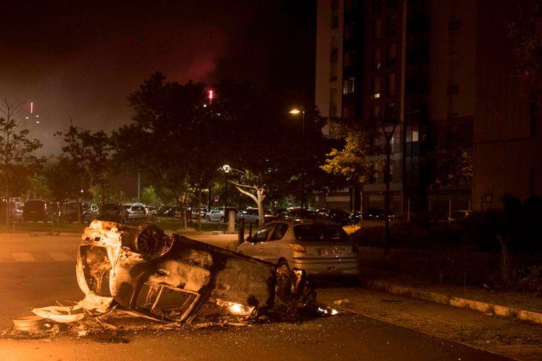Een uitgebrande auto in Nantes, waar rellen uitbraken nadat bekend werd dat de politie een man heeft doodgeschoten.