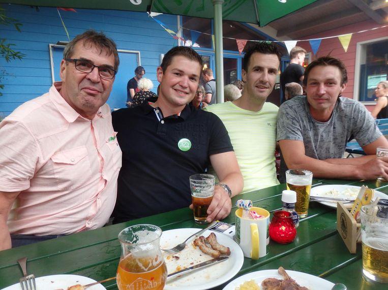 En Jan van Montfoort, Martijn Eikelboom en Chris de Kruijf (Barten Groep), en Chris Kramer (CA-Bouw)? 'Op de onderlinge samenwerking.' Mooi gesproken Beeld Schuim