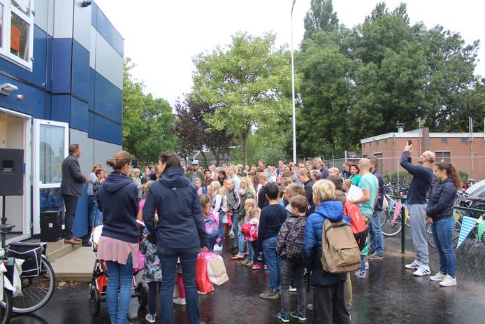 Leerlingen van OBS De Rietput kregen een jaar les in dit tijdelijke gebouw. Met de komst van de nieuwe brede school komt daar een einde aan.