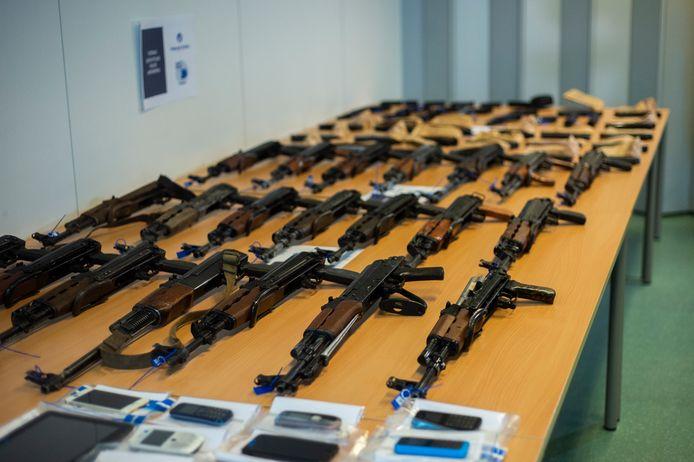 20102020 Antwerpen politie    Federale politie stelt wapens vangst tentoon