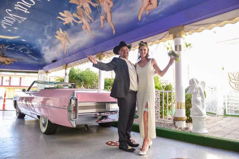 Koen en Natalie bij een prachtige oldtimer.