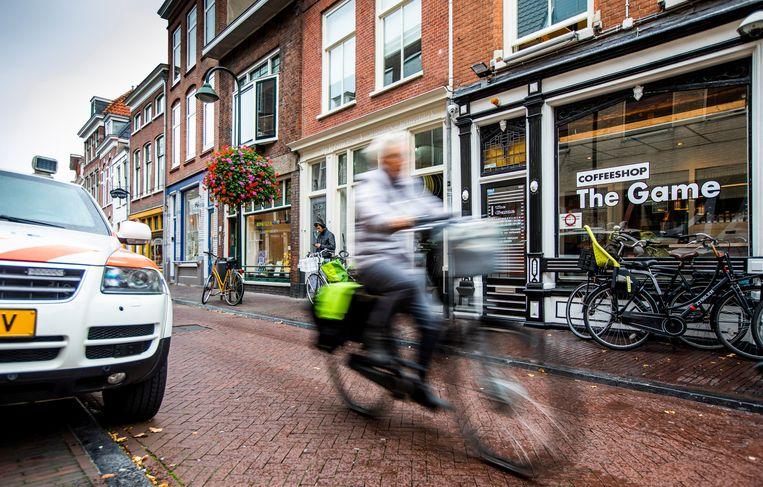 Coffeeshop The Game aan de Breestraat in Delft wordt sinds de jongste beschieting op maandag 8 oktober permanent bewaakt door de politie. Beeld Freek van den Bergh