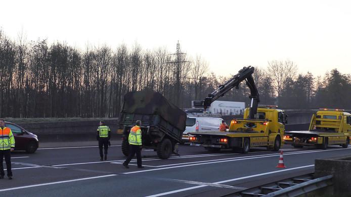 Een losgeschoten aanhanger van Defensie veroorzaakte woensdagochtend een file op de A32.