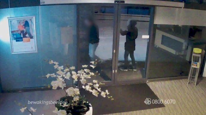 Bewakingsbeelden uit Oudenbosch: twee mannen die even naar binnen lijken te kijken.